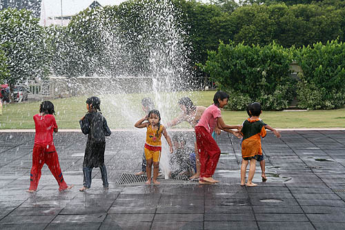 Kids-in-fountain